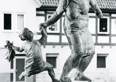 Mutter mit Kind und Puppe, Möckmühl