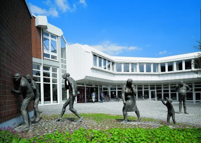 Freiburg: Figurengruppe an der Musikhochschule