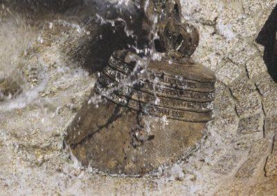 Nordheim: Bronzeglocke im Wasser